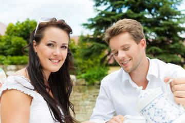 Paar beim Kaffee trinken im Garten