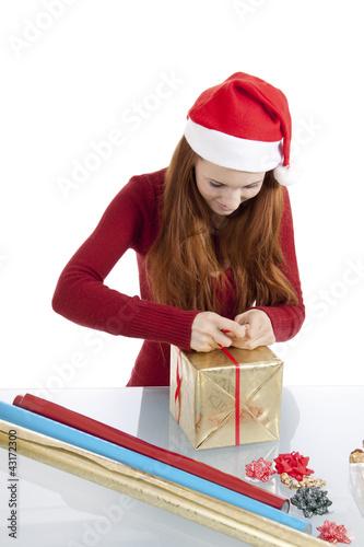 junge frau packt geschenke f r weihnachten ein imagens e fotos de stock royalty free no. Black Bedroom Furniture Sets. Home Design Ideas