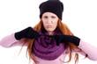 Junge Frau mit Handschuhen, mütze und schal