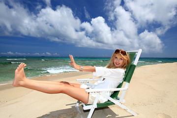 南国のビーチで寛ぐ女性