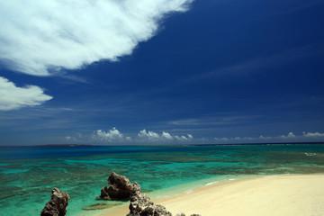 南国の美しいビーチと夏空
