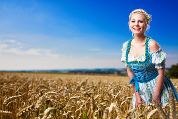 junge blonde Frau im Getreifdefeld