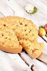 Streuselkuchen mit Pfirsichen fertig gebacken angeschnitten