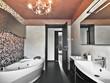 bagno moderno con vasca da bagno e lavabo di ceramica bianc
