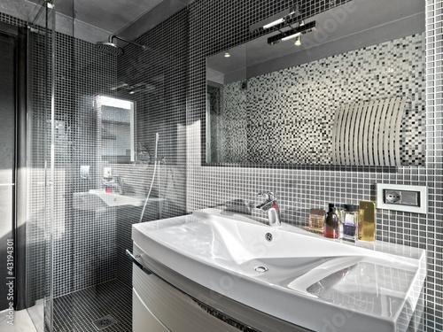 dettaglio del lavabo e box doccia di un bagno moderno