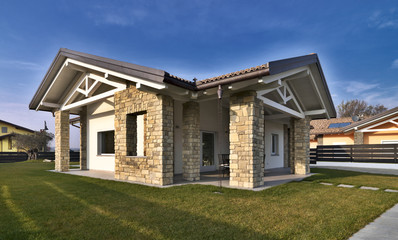 villa moderna con giardino e muri di pietra