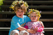 Geschwister mit Blumenschmuck im Haar