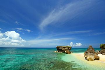 コマカ島の透明なサンゴの海辺と紺碧の空