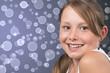 Hübsches lachendes Mädchen, blaues Bokeh