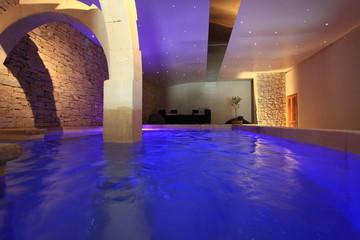 la piscine intérieure....
