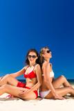 Frauen genießen die Freiheit am Strand