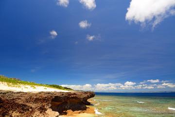 岬の真夏の紺碧の空と入道雲