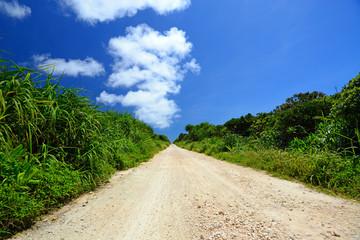 久高島の田舎道と夏空