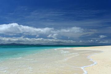 美しいビーチに打ち寄せる透明な波
