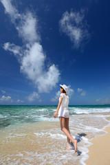 コマカ島のビーチで遊ぶ女性