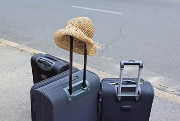 départ en voyage, chapeau et valises