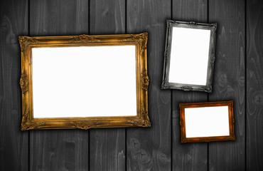 verschiedene Bilderrahmen auf Holzwand