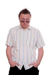 Mann mit beiden Händen in den Hosentaschen und skeptischen Blic