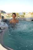 jeune fille souriante dans un spa extérieur