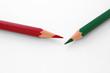 roter und grüner Buntstift auf weißem Papier