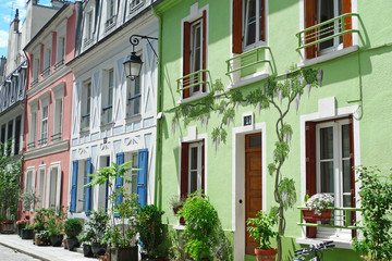 Maisons joyeuses peintes en couleurs