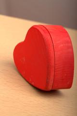 scatola rossa a forma di cuore