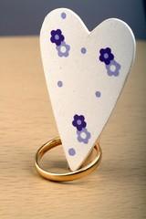 cuore fiorito ed anello nuziale