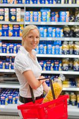 Frau beim Einkauf im Supermarkt