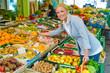 canvas print picture - Frau am Obstmarkt mit Einkaufskorb