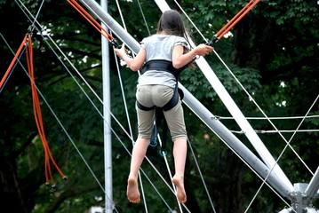 Trampolin springen mit Absicherung