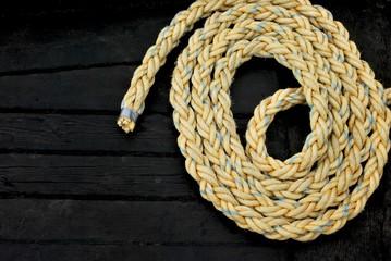 Seilrolle auf schwarzen Schiffsplanken