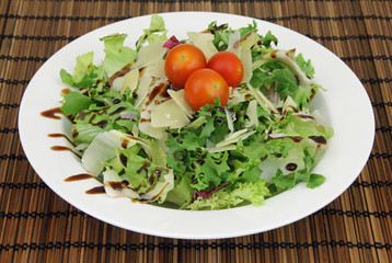 bunter Salat mit Käseflocken