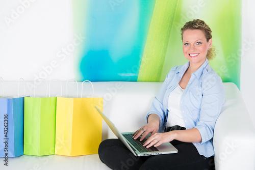 junge frau erledigt via internet ihre einkäufe