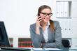 geschäftsfrau telefoniert mit ihrem handy