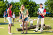 Leute spielen Minigolf im Sommer