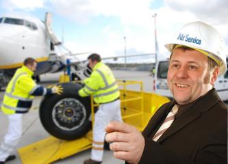 Flugzeugingenieur bei Wartungsarbeiten