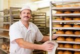 Bäcker in seiner Backstube
