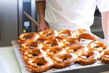 Bäcker in der Backstube mit Brezn