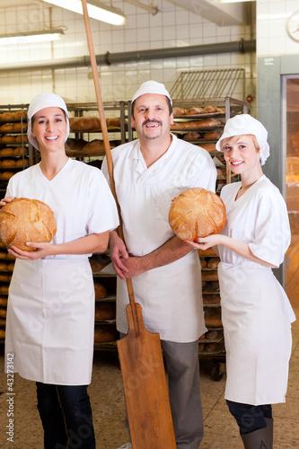 Bäcker mit Team in seiner Bäckerei