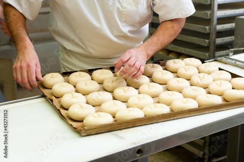Bäcker beim Brötchen backen