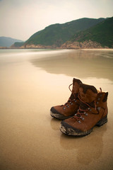 Schuhe am Strand nach Wanderung