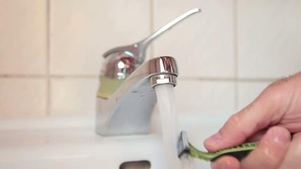 Rasierer mit Wasser reinigen