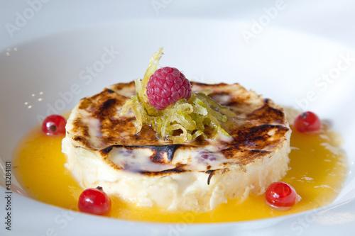 Crème brûlée, coulis mangue passion et fruits rouges