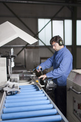 Arbeiter bearbeitet Aluminium