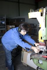 Metallarbeiter bearbeitet Teil in der Fabrik