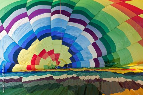 Interior de un globo aerostático inflándose