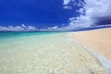 南国沖縄の綺麗なビーチと夏空