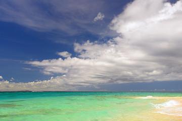 水納島のエメラルドグリーン海と入道雲