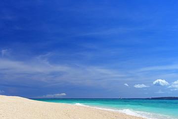 沖縄の真っ白いビーチと紺碧の空