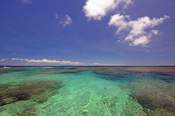 久高島の綺麗なサンゴの海と紺碧の空